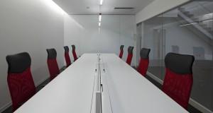戦略室内部の様子:白い内壁、白い長机の周囲に、椅子が整然と並んでいる。